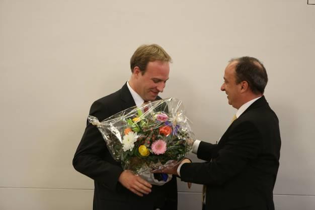 Der neue erhält vom vorherigen Grossratspräsident einen Blumenstrauss: Marco Hardmeier und Markus Dieth.
