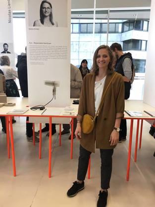 Stella Ginesi vor ihrem Stand an der Ausstellung der Diplomarbeiten der Hochschule für Gestaltung und Kunst.