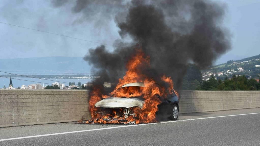 Auf der Autobahn A1 ist am frühen Freitagabend ein Auto in Brand geraten. Der 44-jährige Autofahrer konnte sein Fahrzeug unverletzt verlassen.