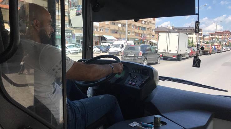 «City Bus»-Besitzer Granit Krasniqi fährt Xhaka und Shaqiri durch Pristina.