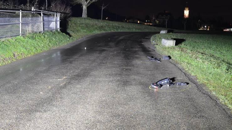 Am Donnerstagabend kollidierte ein Autofahrer im Ausserortsbereich mit einem entgegenkommenden Elektrotrottinett.