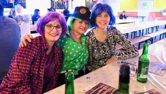 Gaby Huber, Denise Bastug, Sonja Burn (v.l.) sind Stammgäste an der J-Fägete: «Wir gehen immer zusammen an die J-Fägete, stimmen deshalb auch unsere Kostüme aufeinander ab und schminken uns zusammen. Das muss schon alles zueinander passen.»