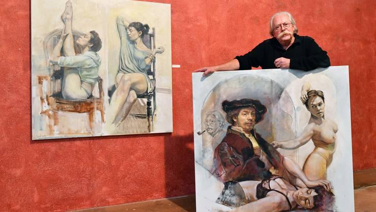"""Christoph Aerni, Kunstmaler, mit seinen beiden Bildern """"Nina und Najet"""" (links) und """"Nina, Najet, Rembrandt und ich""""."""