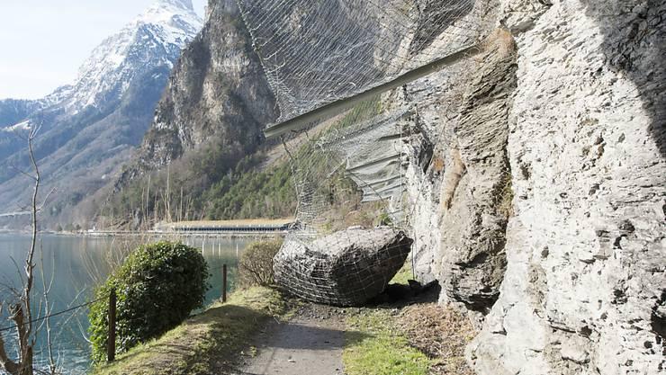 Der Weg der Schweiz südlich der Isleten ist nach einem Steinschlag bis auf weiteres gesperrt. (KEYSTONE/Urs Flueeler)
