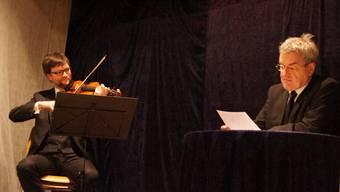 Ulrich Poschner (Violine) und Schauspieler Walter Küng bei ihrem Auftritt im «Weissen Wind» in Freienwil