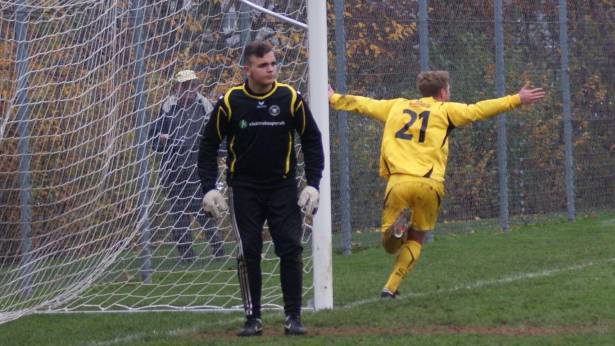 Urdorf-Torwart Defrim Delija steht die Fassungslosigkeit im Gesicht geschrieben, dahinter dreht 0:1-Torschütze Patrick Anderes jubelnd ab.