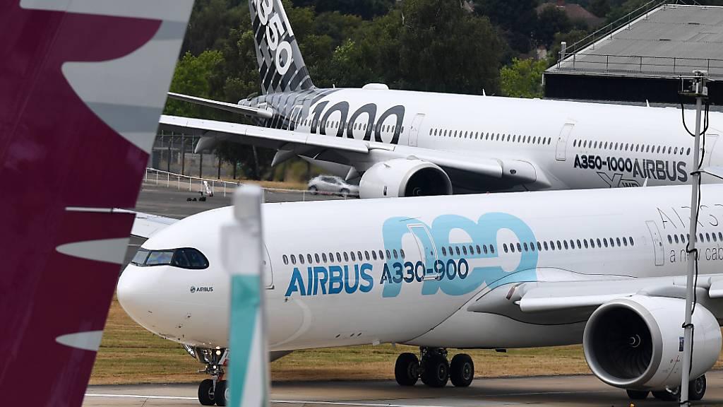 Der Flugzeugbauer Airbus fährt die Produktion seines Langstreckenjets A350 stärker zurück als zunächst geplant. (Archivbild)