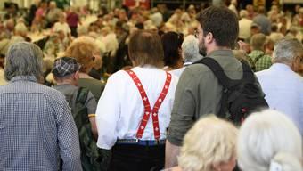 Teilnehmer eines grossen Treffens ehemaliger Verdingkinder im Juni 2018 in Mümliswil.