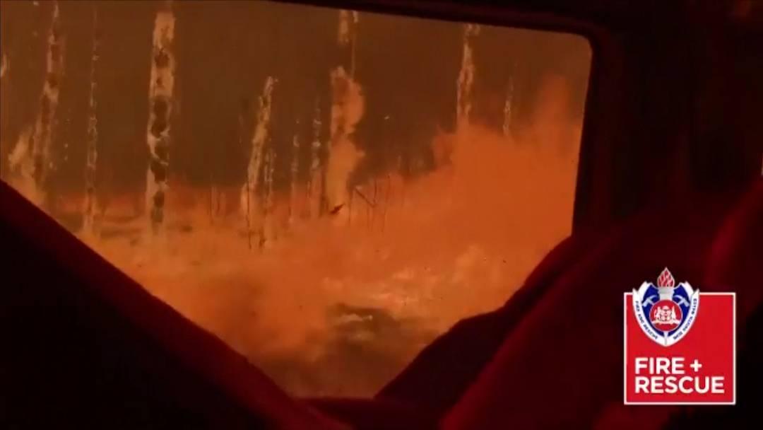 """""""Wir dachten, das war's"""" - Feuerwehrauto von Flammen überrollt"""