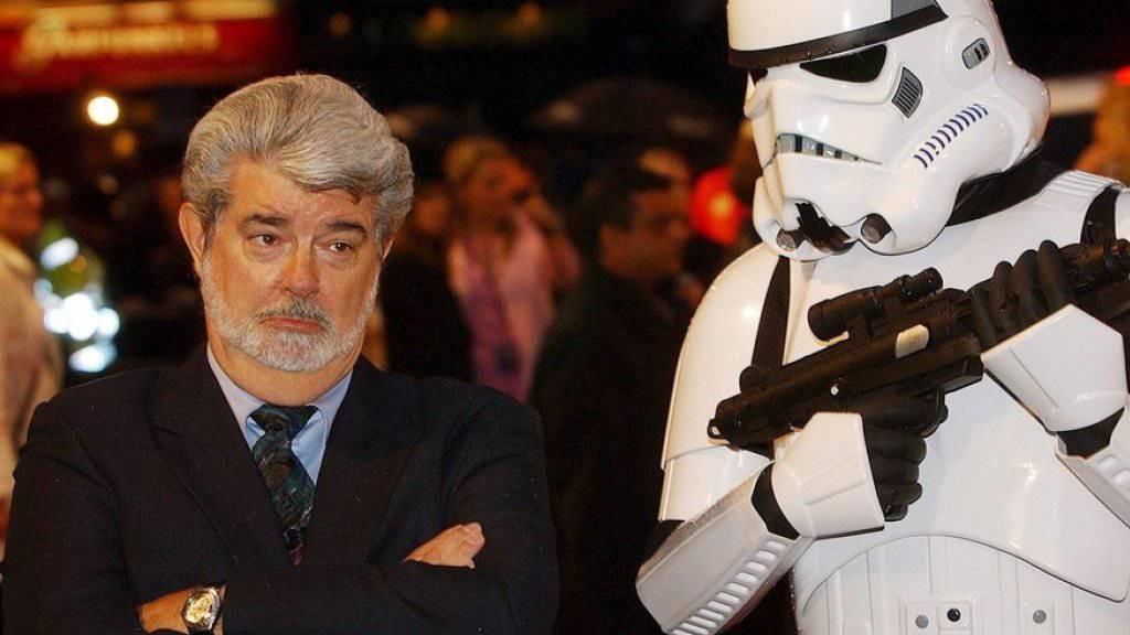 """So traurig: In """"Star Wars VII"""" stehen die Storm Trooper (r) erstmals nicht mehr unter der Fuchtel von George Lucas (l., Archiv)."""
