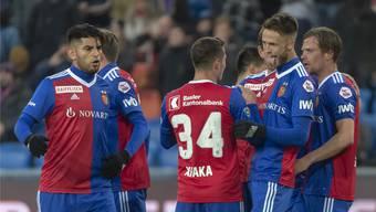 Der Torschütze zum 2:0, Ricky van Wolfswinkel, nimmt die Gratulationen seiner Mitspieler auf seine Art entgegen.