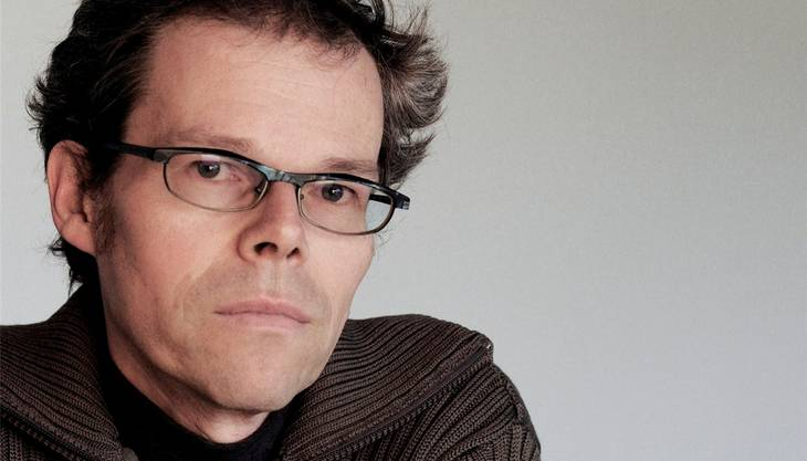 Michel Mettler arbeitet als Dramaturg, Musiker und Schriftsteller und lebt in Brugg.