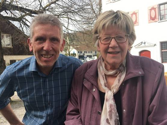 In Weiningen muss noch einmal nachgezählt werden. Gemeinderatskandidat Heinz Brunner und die ehemalige Präsidentin Verena Zbinden warten auf die Resultate.