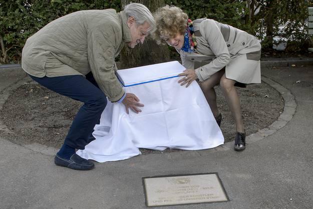 Freddy Burger, links, und Stadtpraesidentin Corine Mauch, rechts, enthuellen die Gedenkplakette fuer die Schlagerlegende Udo Juergens