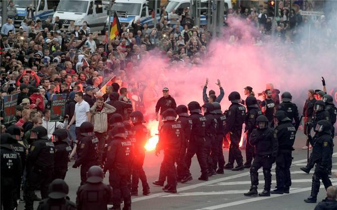 Chemnitz, Montagabend: Nach der Hatz auf Migranten am Wochenende kommt es erneut zu Zusammenstössen mit der Polizei.AP/Key
