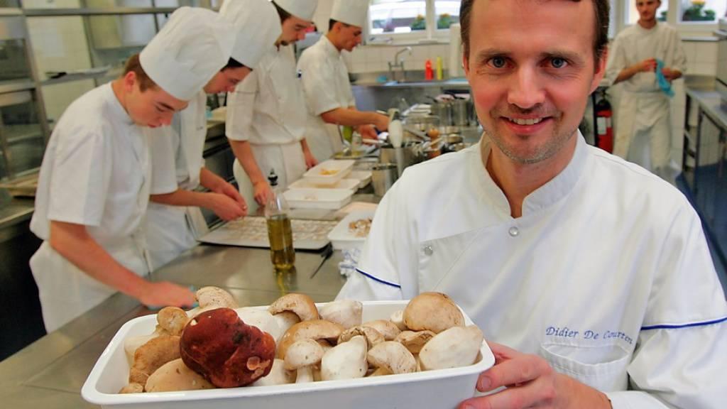 Zeit für einen Wechsel: der Walliser Spitzenkoch Didier De Courten 2005 in seiner Küche. (Archivbild)