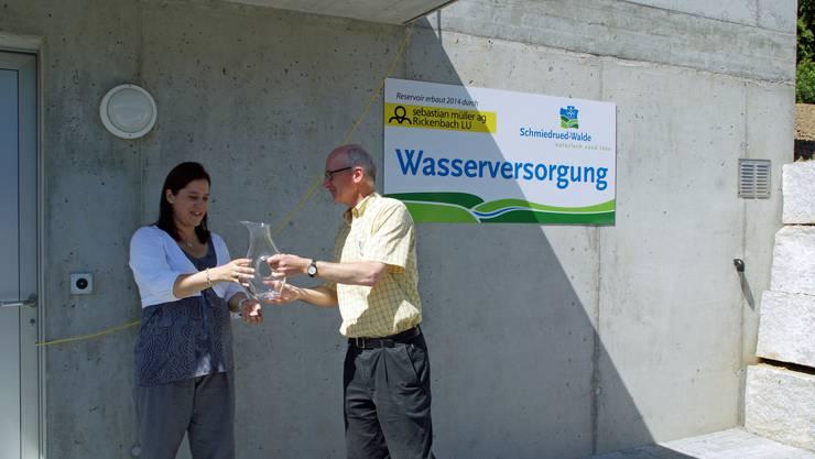 Erwin Müller von der Sebastian Müller AG übergab Gemeindeammann Marliese Loosli eine Wasserkaraffe als Andenken