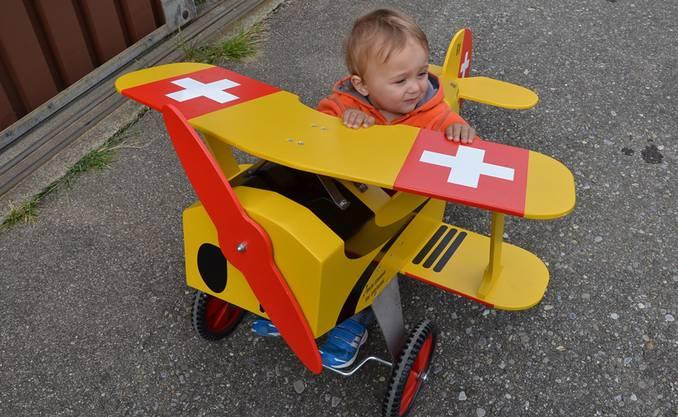 Ein Kind übt sich als Pilot.