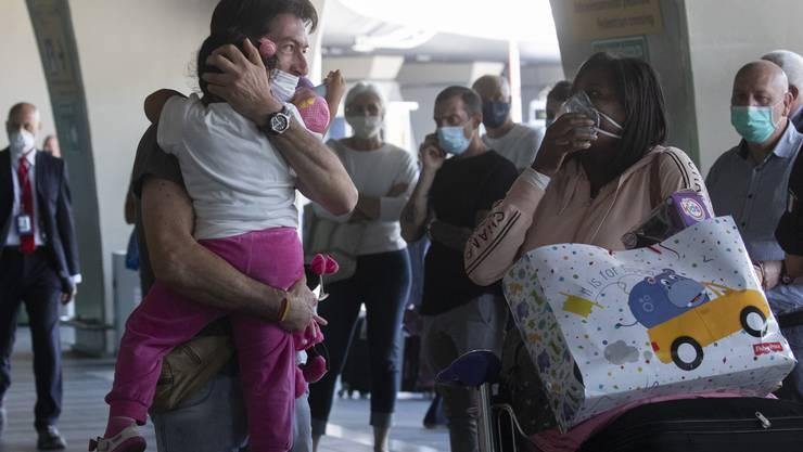 Wiedersehen in Rom: Italiener dürfen wieder im Land reisen - und lange nicht gesehene Angehörige in die Arme schliessen.