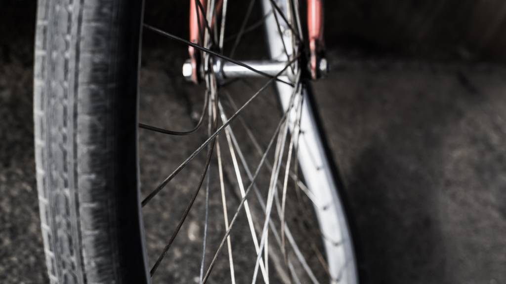 Bei der Kollision wurde der Velofahrer mittelschwer verletzt und musste durch den Rettungsdienst ins Spital gebracht werden. (Symbolbild)