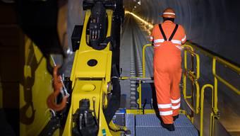 Besonders bei der Arbeitssicherheit hinken die Schweizer Bahnen hinterher: Arbeiter auf einem Wartungszug im Gotthardtunnel. (Symbolbild)