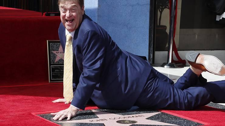 John Goodman posiert auf seinem Stern auf dem Hollywood Walk of Fame.