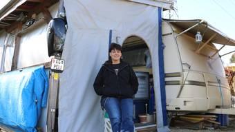 Peli Senn verbringt auch den Winter auf dem Campingplatz Frick. Für Besucher heizt sie zusätzlich ein – und was sie nachts wärmt, zeigt sie im Video.