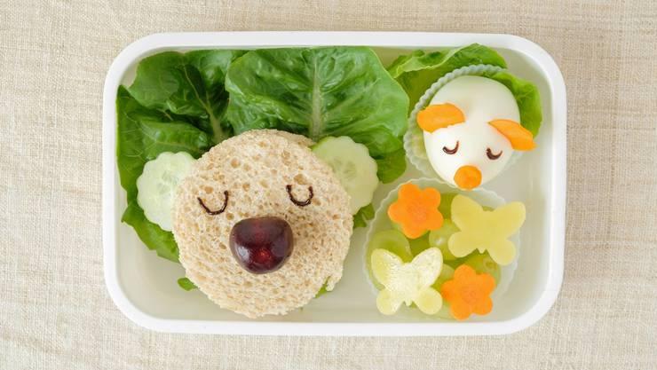 Vitamine und nochmals Vitamine – doch starre Regeln für die Znüni-Box lehren die Kinder keinen eigenverantwortlichen Umgang mit dem Essen. selective focus