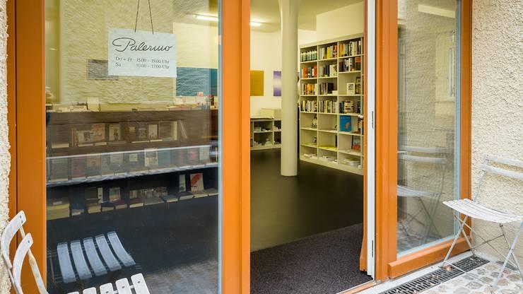 Ein sechsköpfiges Team betreibt seit eineinhalb Jahren die Buchhandlung Kosmos an der Klybeckstrasse.