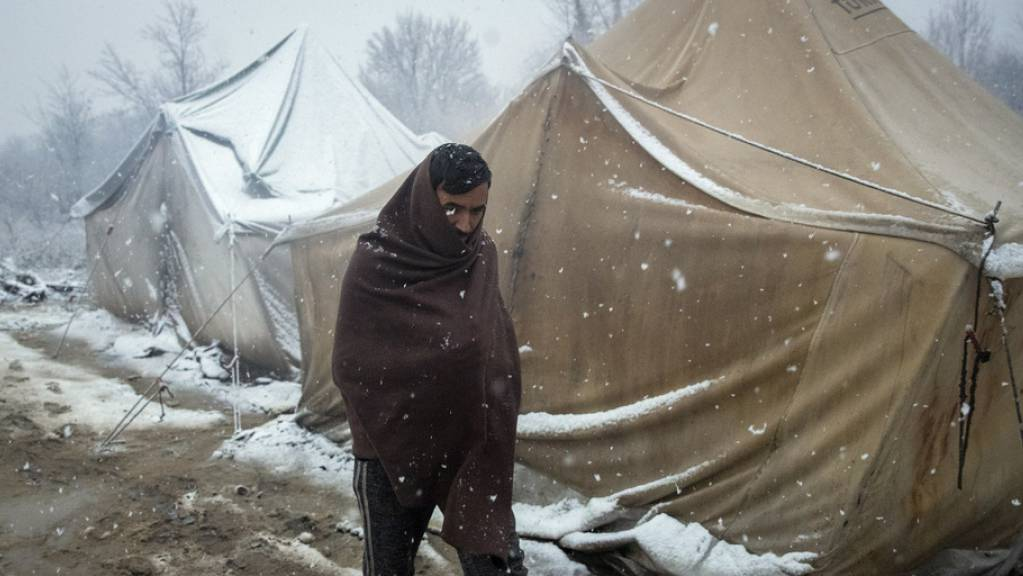 Ein Flüchtling stapft im provisorischen Lager von Vučjak durch den Schnee.