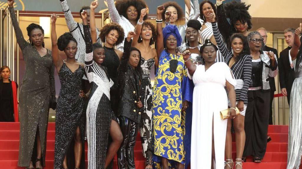 """Schauspielerinnen demonstrierten am Mittwoch auf dem roten Teppich in Cannes gegen Diskriminierung à la """"für eine Schwarze sind sie recht intelligent""""."""