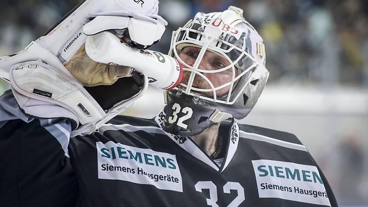 Turkus Goalie Rasmus Tirronen kämpft mit den Finnen gegen Ambri-Piotta um den Gruppensieg am Spengler Cup