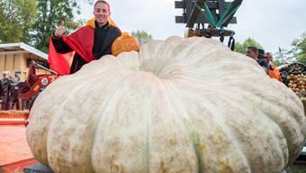 Mathias Willemijns aus Belgien freut sich am Sonntag über seinen Sieg mit einem Kürbis, der 1008 Kilogramm wiegt.