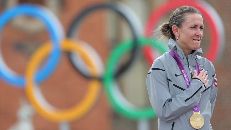 Die Amerikanerin Kristin Armstrong ist bereits Olympia-Siegerin und zweifache Weltmeisterin im Zeitfahren, als sie 2010 Sohn Lucas zur Welt bringt. 2012 in London und 2016 in Rio de Janeiro gewinnt sie Olympia-Gold im Zeitfahren. Zwischen London und Rio de Janeiro pausiert Armstrong drei Jahre. Zuvor hatte sie schon mit 27 wegen Osteoarthritis ihre Triathlon-Karriere beendet. Armstrong ist heute 43 Jahre alt und noch als Radrennfahrerin aktiv.