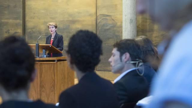 Bundesrätin Simonetta Sommaruga spricht an der Tagung in Freiburg