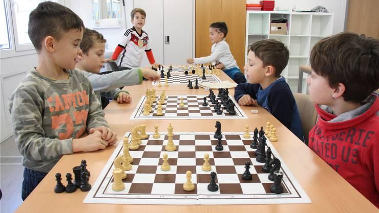 Die Schulkinder beim Schachspielen