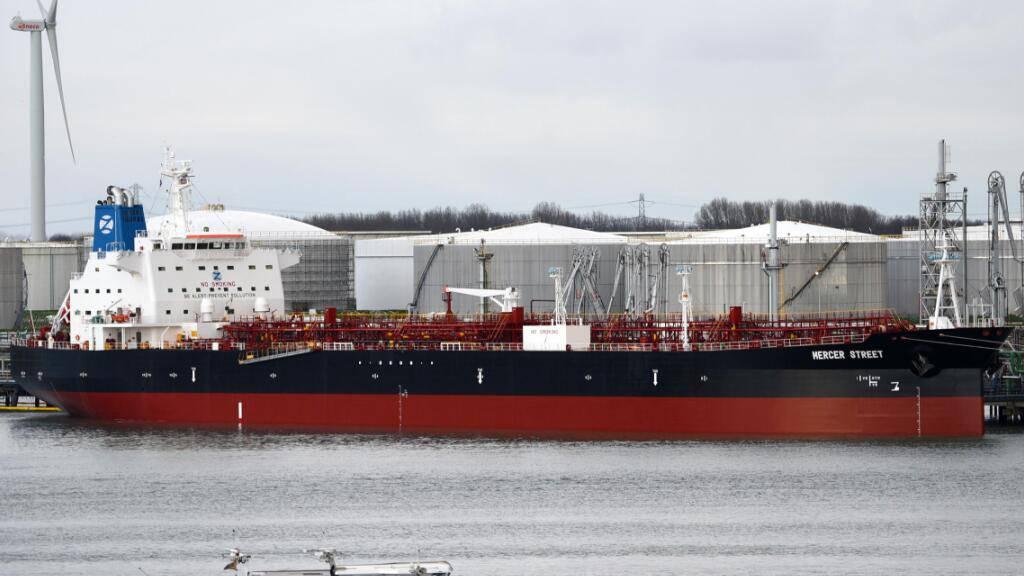 ARCHIV - Der Tanker M/T Mercer Street liegt im Hafen von Rotterdam. Das japanische Schiff war nach Angaben der zuständigen britischen Firma im Norden des Indischen Ozeans angegriffen worden. Foto: Hasenpusch/dpa