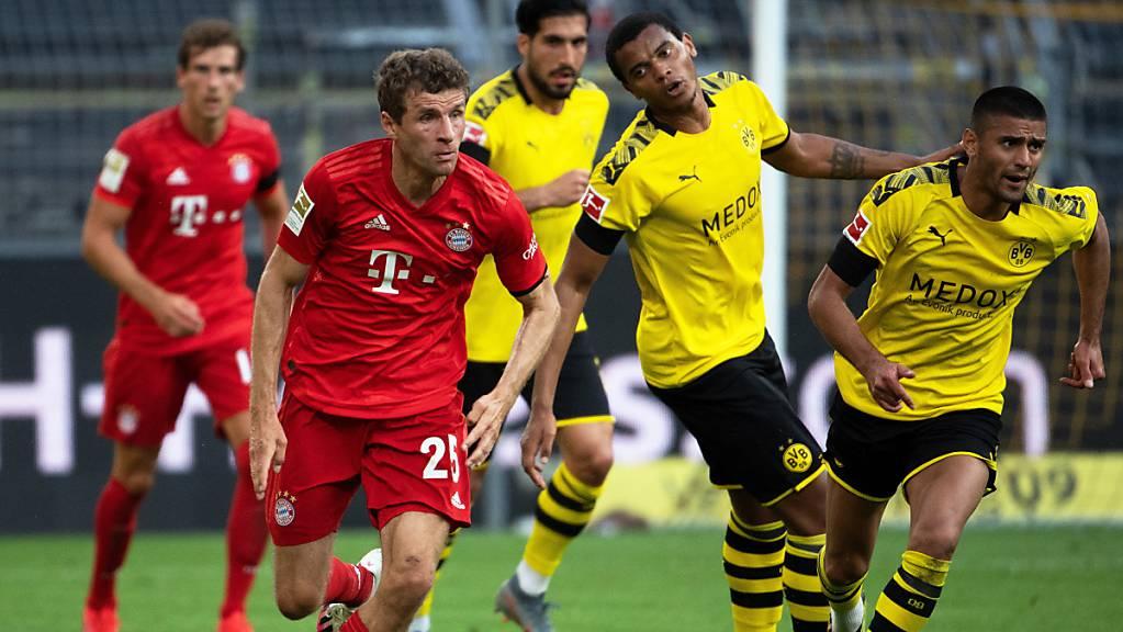 Bayern Münchens Spieler (am Ball Thomas Müller) akzeptieren Lohnkürzungen bis Saisonende
