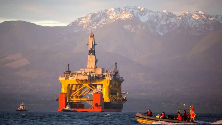 Eine Ölförderungsplattform von Shell vor der Küste Alaskas. Der Konzern leidet unter dem tiefen Ölpreis. 6500 Stellen sollen deshalb noch in diesem Jahr wegfallen.