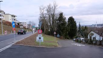 Um dieser Fahrverbotsschild geht es: Seit 1960 verbietet es hier Nicht-Zubringern die Durchfahrt. Der Gemeinderat wollte es aufheben, ist nun aber gescheitert.