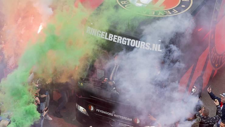 Feyenoords Teambus bei der Ankunft am Woudestein-Stadion vor dem Stadtderby gegen Excelsior