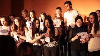 """Die Schüler sangen auch Lieder, wie zum Beispiel """"S Zundhölzli"""" von Mani Matter, bei dem sogar das Publikum leise mitsang."""