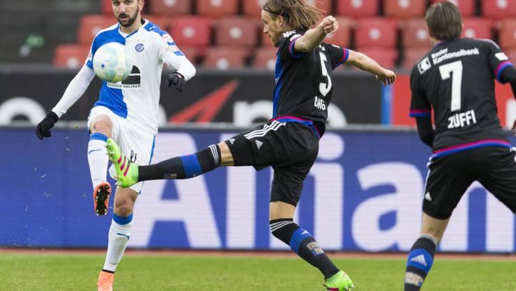 FCB-Doppeltorschütze Michael Lang (Nr. 5) im Zweikampf mit GC-Stürmer Munas Dabbur