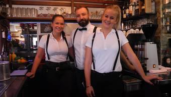 Der Geschäftsleiter Andreas Shala mit zwei seiner Angestellten hinter der Bar. Diese ist nach wie vor abends geöffnet.