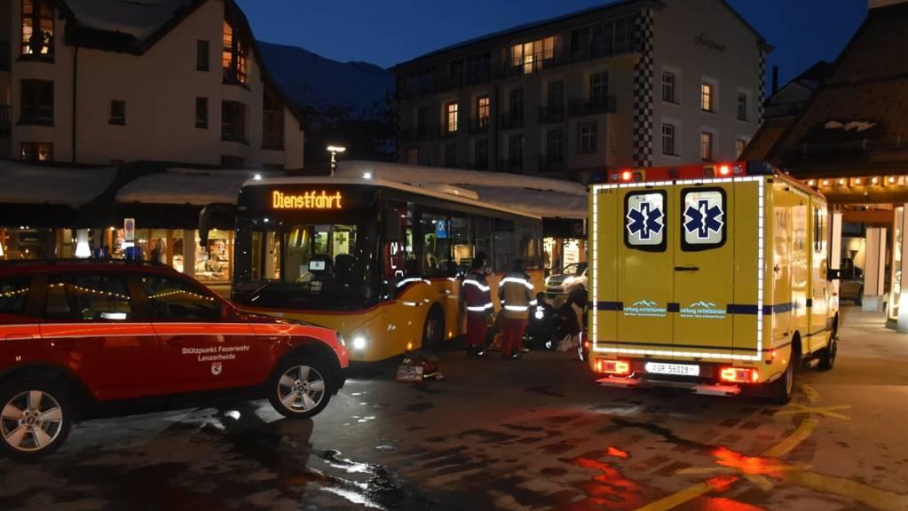 In Lenzerheide ist am Montagabend eine Fussgängerin bei der Kollision mit einem Postauto mittelschwer verletzt worden.
