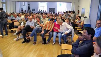 Grossandrang zur reformierten Kirchgemeindeversammlung Erlinsbach SO: eine Demonstration für Pfarrer Andy Jecklin (im Vordergrund rechts)