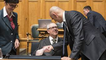 Bundesrat Alain Berset (rechts) begrüsst Kommissionssprecher Christian Lohr (CVP/TG) zu Beginn der Debatte um die Invalidenversicherung.