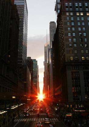 «Manhattanhenge»: Wenn die Sonne genau in der Linie der Strassenfluchten Manhattans untergeht