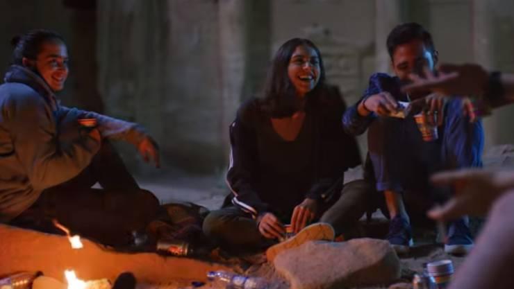 """Zuschauer von """"Dschinn"""" in Jordanien störten sich daran, dass in der TV-Serie exzessiv Alkohol getrunken wird. (Screenshot)"""