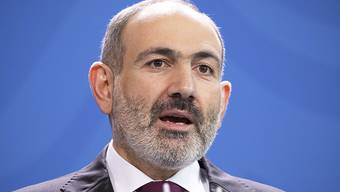 Musste sich an seinem 45. Geburtstag wegen einer Coronavirus-Infektion in Quarantäne begeben: Armeniens Regierungschef Nikol Paschinjan. (Archivbild)